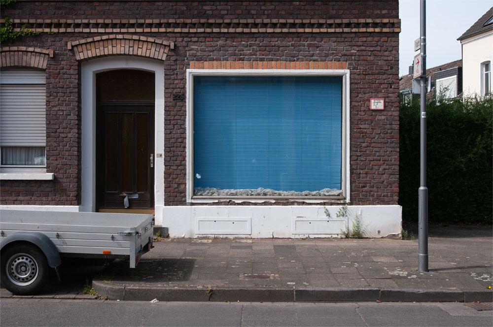 Fenster mit blauer Jalousie